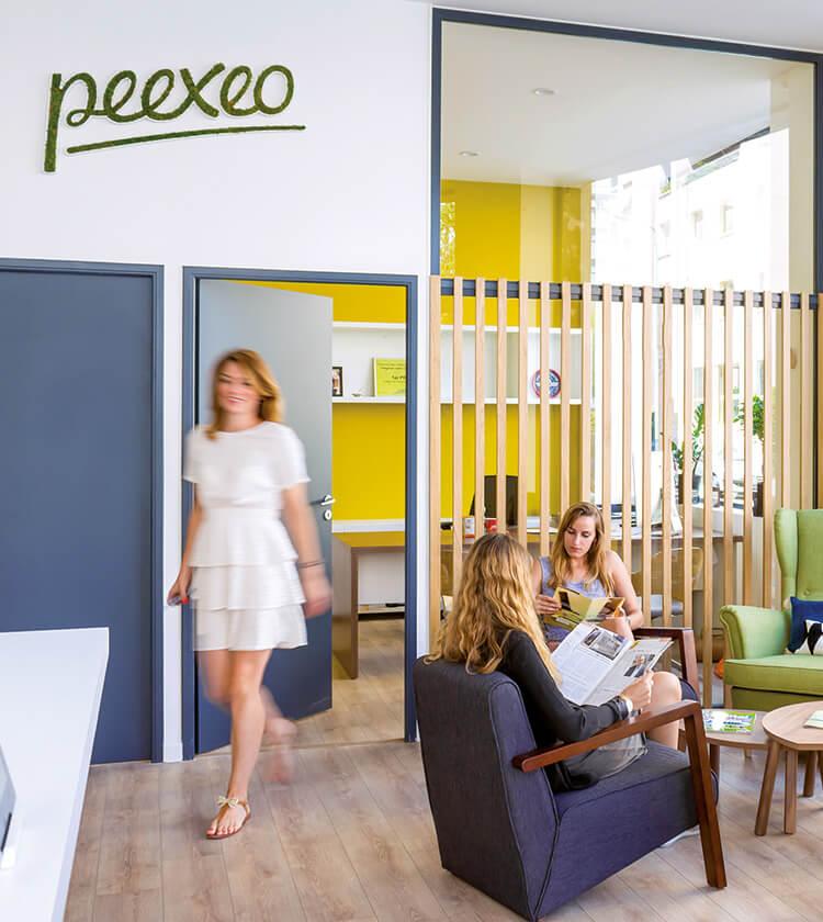 Dans les locaux de l'agence Peexeo, trois filles dont deux sont assises